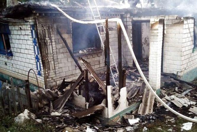 На Вінниччині жінка з палаючої хати винесла на руках чоловіка