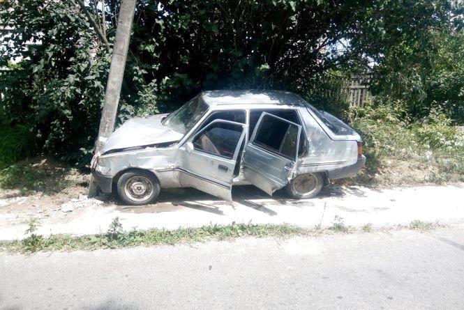 ДТП у Ладижині: «Таврія» зіткнулася з бусом, а потім із стовпом. Є постраждалі