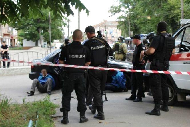 Чоловіків, що пограбували ювелірку та поранили охоронця, взяли під варту