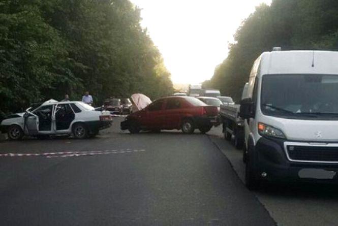 Під Вінницею зіткнулося три авто. Є постраждалі (ФОТО)