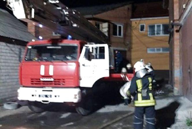 На Пирогова 16 вогнеборців гасили офісні приміщення (ФОТО)