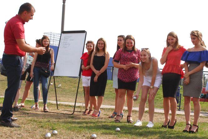 На набережній «Рошен» дівчата грали у петанк на шпильках