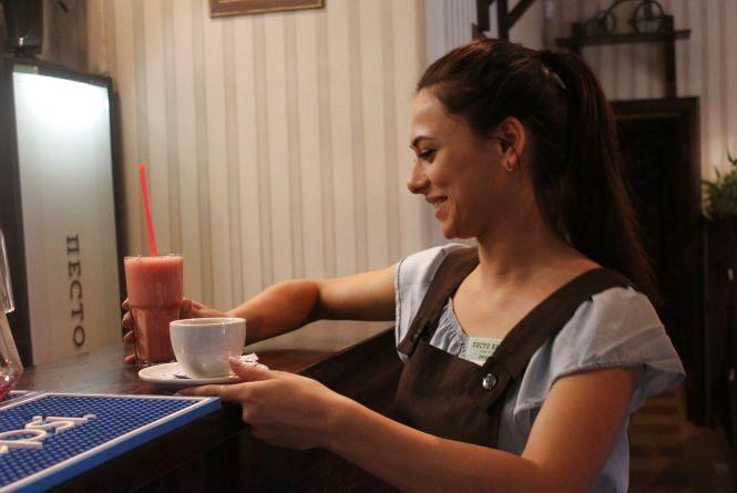 """""""Гості, бувало, і посуд носити допомагали"""" — офіціантка про роботу у час-пік"""