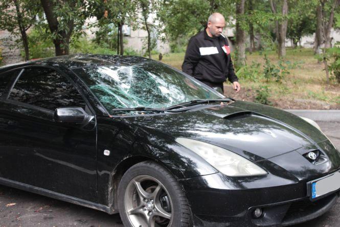 На Порика дерево впало на авто. Можливо, через пошкодження коріння екскаватором