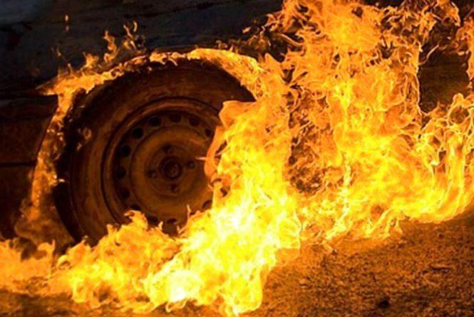 """На Вінниччині спалахнув """"Mercedes"""". Кажуть, що через тертя шини об кузов"""