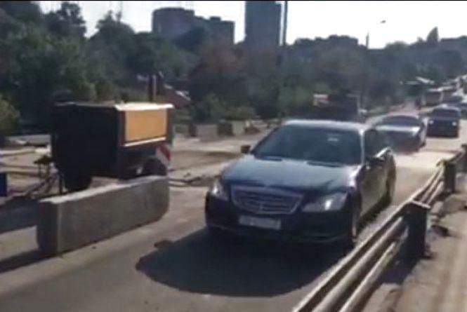 «Тікайте, бо зіб'є та не подивиться». Як кортеж Порошенка їхав через Київський міст