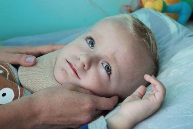 На дворічну дитину впала гілляка. Лікарі поставили помилковий діагноз та відпустили