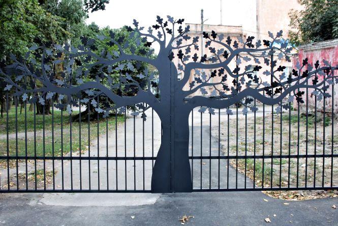 На огорожі Центрального парку тепер є металеві «дерева»