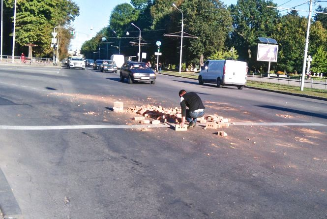 На розі Магістратської та Хмельницького шосе з вантажівки посипалася цегла