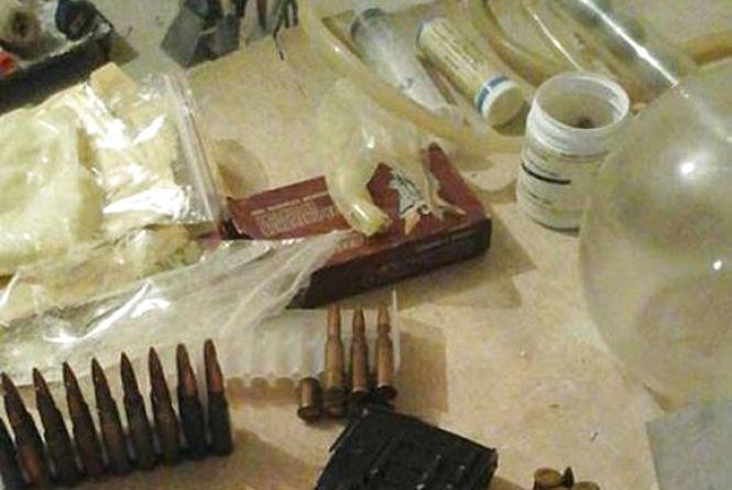 В Вінниці накрили нарколаболаторію та склад зі зброєю. Власник мовчить
