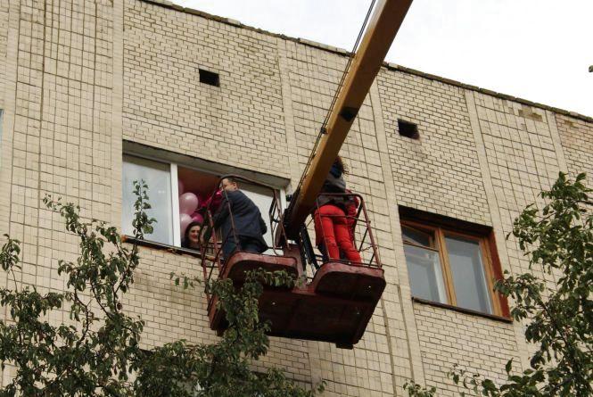 На Київській чоловік піднявся на автокрані, щоб зробити пропозицію  коханій