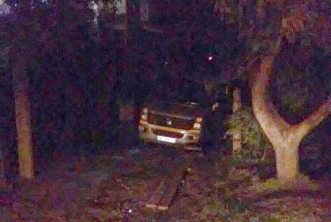 На Пирогова у канаві застряг Volkswagen. Витягали його рятувальники