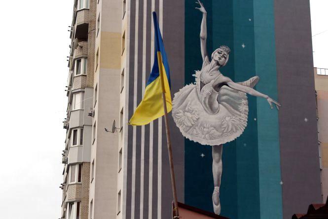 Місто культури та спорту. На Вишеньці з'явилися величезні балерина та велосипедист