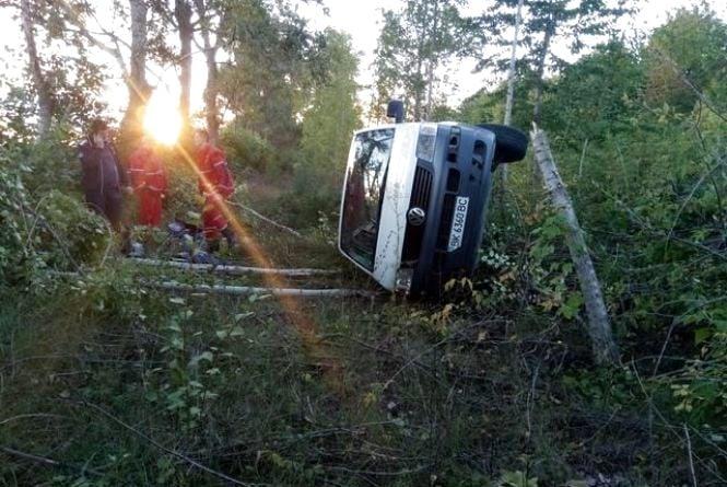 На Вінниччині у автопригоді загинула жінка. Тіло діставали з уламків рятувальники