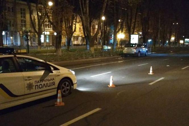 На Пирогова легковик збив двох пішоходів, які йшли по «зебрі». Потерпілі у лікарні