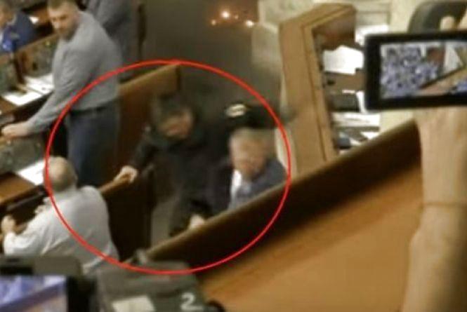 """Бійка в Раді: Семенченко отримав від Тетерука, який """"летів"""" із димовою шашкою"""