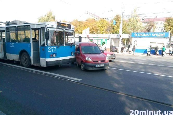 """На зупинці Папаніна водій Рено """"підрізав"""" тролейбус. Фото з місця"""