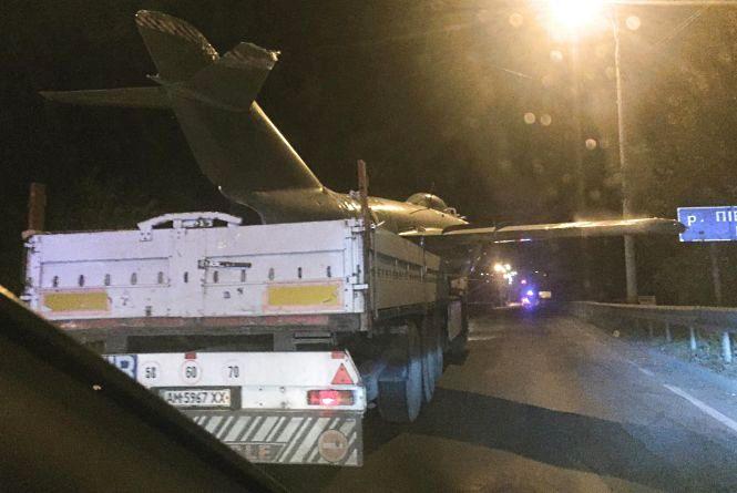 Уночі на площу Могилка повернули літак «Міг-15» після ремонту