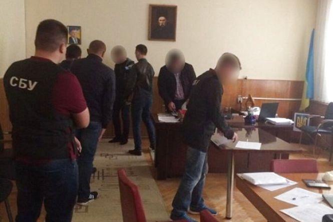 Відсторонили від роботи та арештували майно вінницького депутата-хабарника