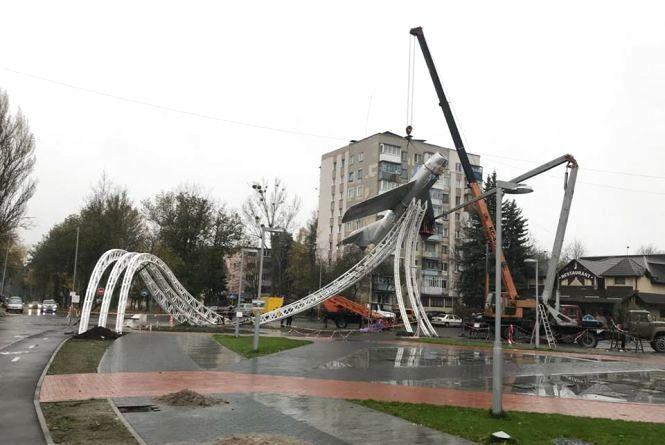 На площі Могилка з самого ранку встановлюють після ремонту літак «Міг-15»
