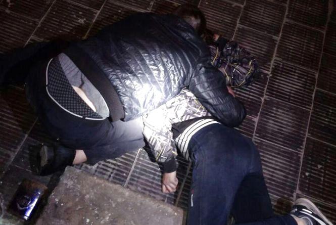 На Келецькій в парадному вінничани спали один на одному. Біля них валявся шприц