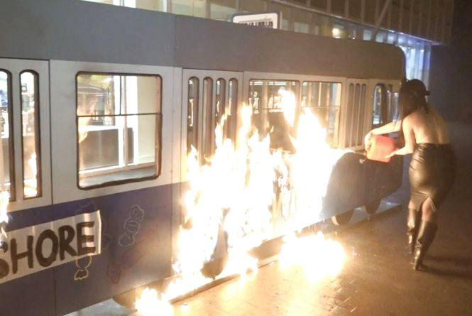 Біля магазину «Рошен» на Соборній оголені феміністки спалили «трамвайчик» . Є відео