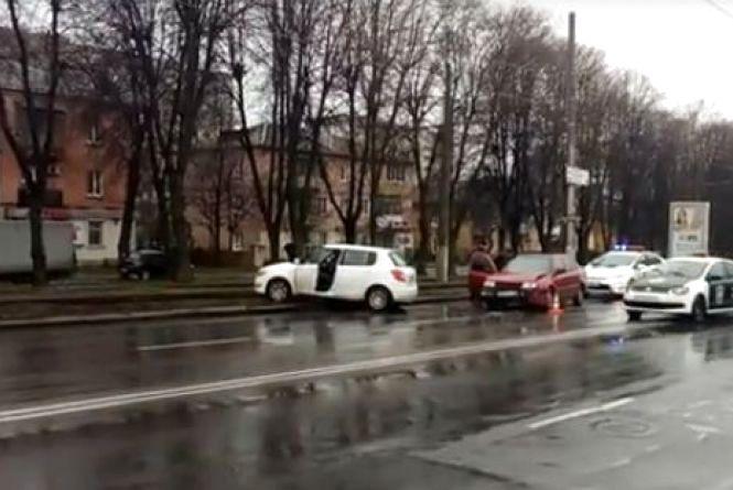На Пирогова «Шкоду» викинуло на трамвайну колію. На 600-річчя – затор