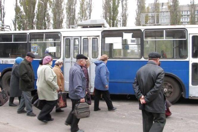 Вінничанці Дар'ї заважають пенсіонери в тролейбусі. Що пропонує зробити?
