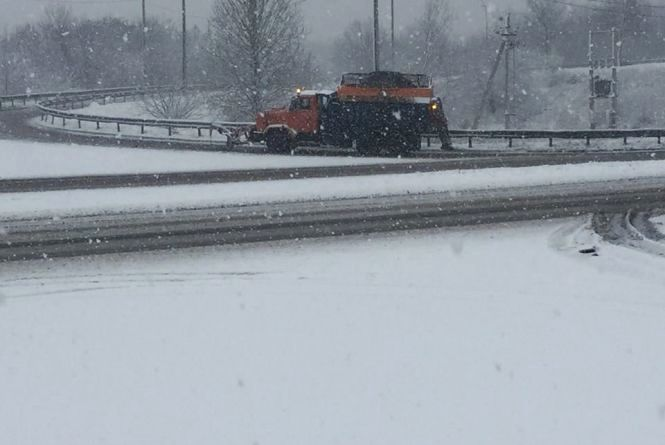 В неділю засипало снігом. Який стан проїзду вінницькими дорогами?