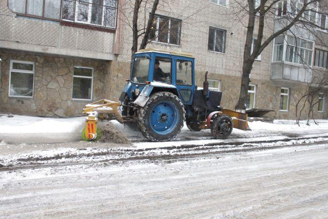Через сильний снігопад Вінницю прибирали більше 600 комунальників