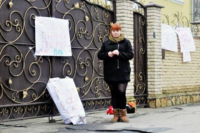 «В цих стінах померла віра». Під вінницьку єпархію московського патріархату принесли іграшки і труну