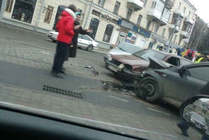 На площі Гагаріна потрійна ДТП: не роз'їхалися Volkswagen, КIA та Citroën