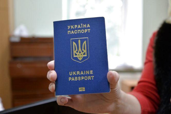 Чому черги до паспортних столів збільшуються? Пояснюють у міграційній службі