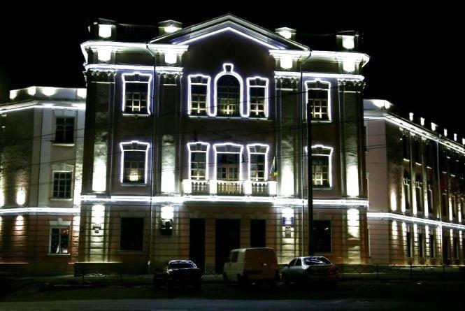У центрі Вінниці столітню школу обладнали підсвіткою