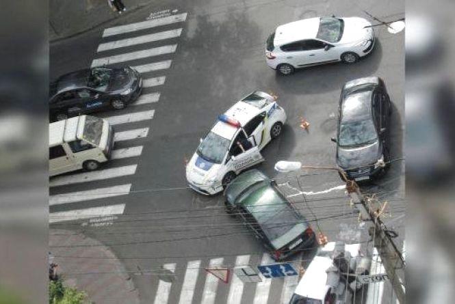"""Про ДТП з поліцейськими «Пріусами». Та чи правда,  що патрульні їздять на """"лисій"""" гумі?"""