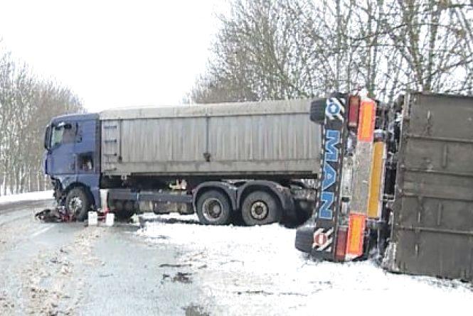 Смертельне ДТП: на Літинщині лоб у лоб зіткнувся легковик та вантажівка