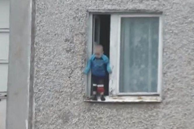 Чотирирічний малюк виліз на вікно у багатоповерхівці та ледь не випав