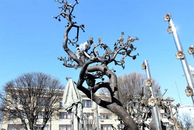 Активіст «Тарас Бульба» закидав непотребом «Дерево свободи». Навіщо?