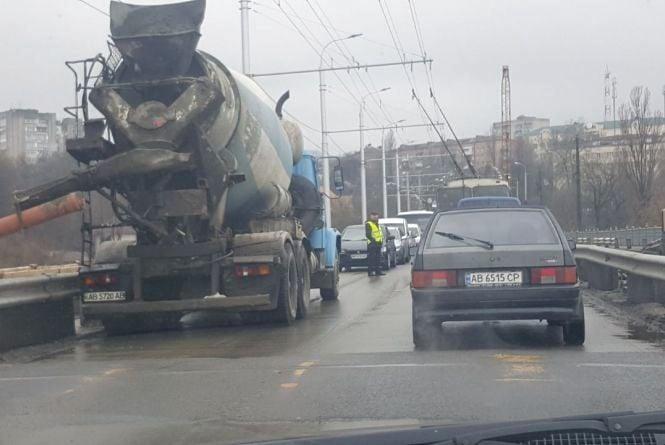 """На Київському мосту - """"тягнучка"""". Чому перекрили одну зі смуг руху?"""
