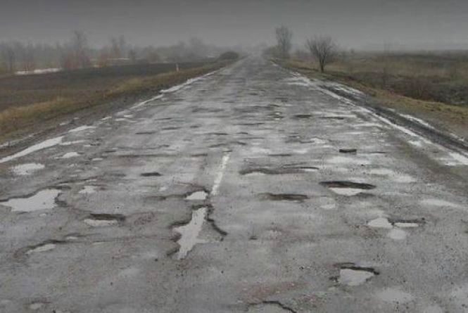 Після зими дороги розвалились: в області нарахували 50 тисяч квадратних метрів ям