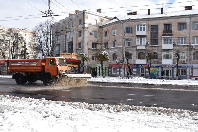 У Вінниці знову засипає снігом.  Як чистять дороги та тротуари?