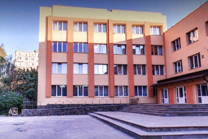 Тридцять років без ремонту: вінничанин пропонує оновити стадіон шістнадцятої школи