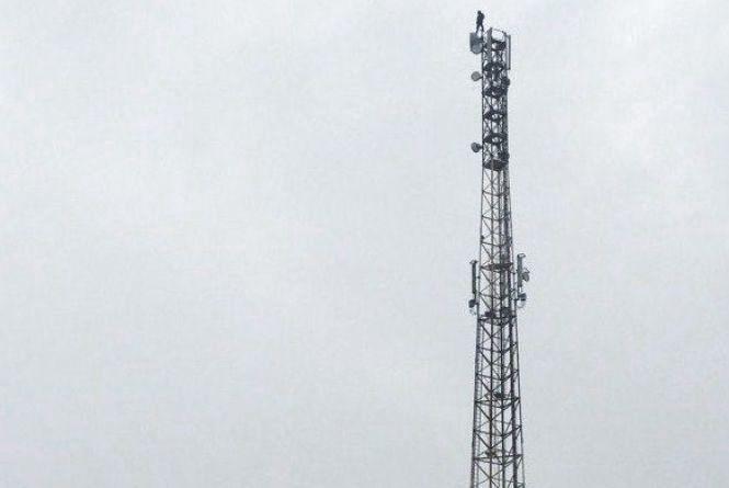 «Пачку цигарок – і злізу» . Як поліція кілька годин вмовляла чоловіка не стрибати з 55-метрової вежі
