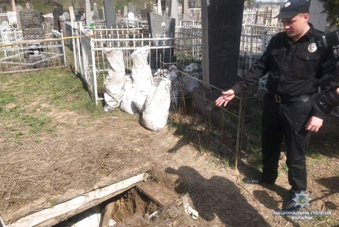 У Немирові вандали розкопали поховання євреїв. Останки людей вони пакували у мішки