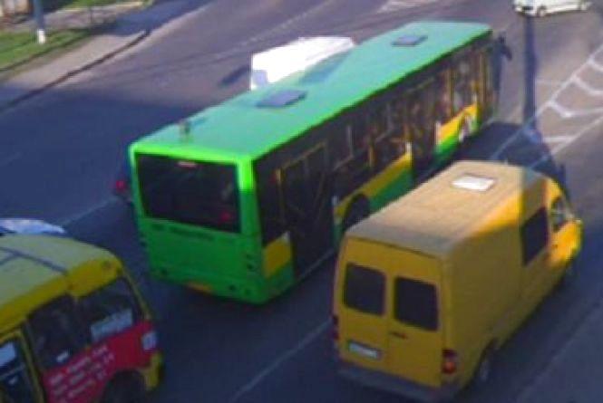 Маршрут двох автобусів та однієї маршрутки змінять. Коли та на скільки?