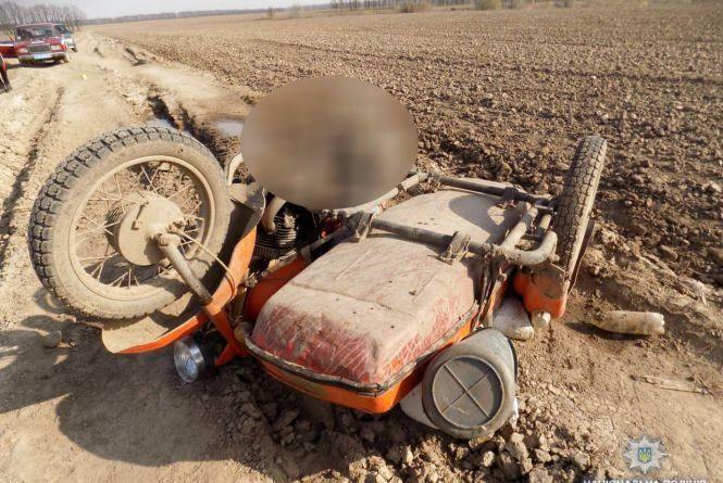 Під Літином у полі знайшли мертвого 65-річного мотоцикліста