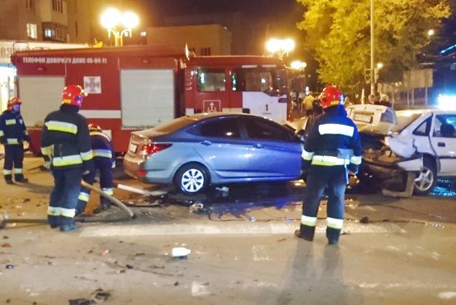 Потрійна ДТП у Вінниці: водія «Hyundai» з салону діставали рятувальники