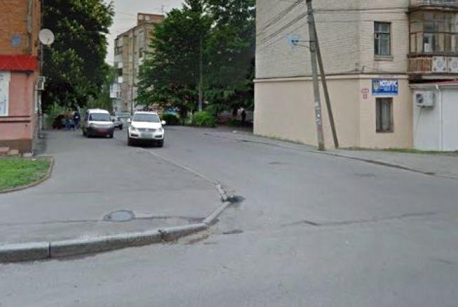 """""""Одна із центральних вулиць міста лежить в руїнах"""". Вінничанин просить її відновити"""