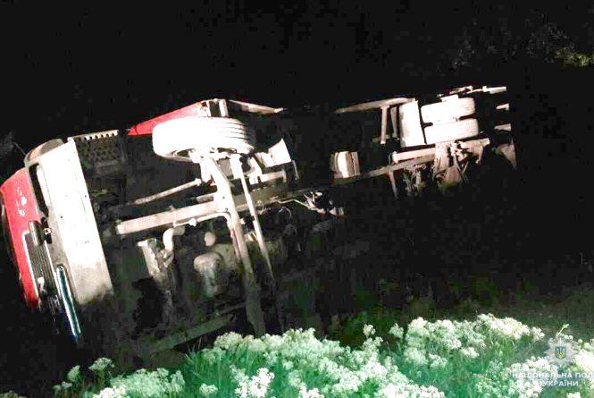 У Калинівському районі перекинулася вантажівка. Водій у лікарні