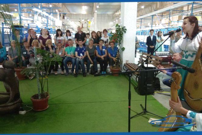 Напередодні Дня Матері, на підприємстві ДП «Електричні системи» звучала музика та привітання (Новини компаній)